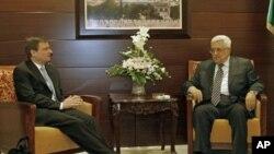 Rais Mahmoud Abbas (kulia) akikutana na mjumbe maalum wa Marekani kwa ajili ya Mashariki ya Kati David Hale katika mji wa Ramallah, Septemba 7, 2011.
