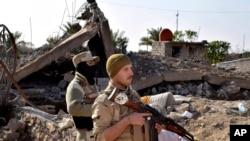 Soldados iraquíes avanzan hacia el norte de Ramadi, Irak, en una ofensiva para retomar la ciudad en poder de ISIS desde mayo.