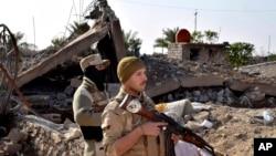 伊拉克士兵在拉马迪北部向前推进。 (2015年12月21日)
