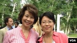 """在阿斯彭思想节会场美国前劳工部长赵小兰(左)和美国之音""""焦点对话""""主持人宁馨合照(美国之音宁馨拍摄)"""