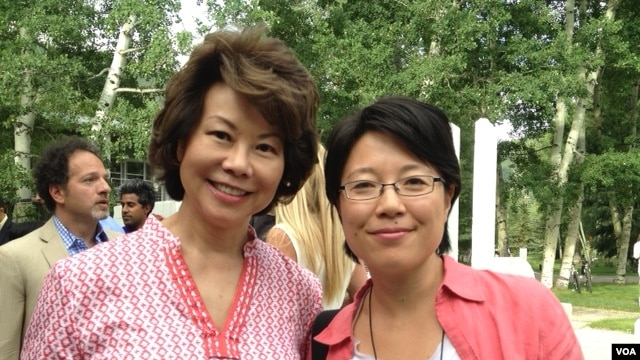 在阿斯彭思想节会场美国前劳工部长赵小兰(左)和美国之音