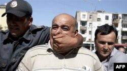 Азербайджанская милиция арестовывает активиста оппозиции во время акции протеста в Баку. Азербайджан. 3 июля 2010 года