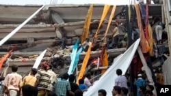 Petugas penyelamat menggunakan kain untuk membawa turun penyintas dan jenazah korban rubuhnya gedung di Bangladesh. (AP/A.M. Ahad)