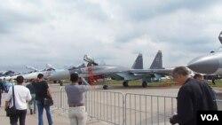 2013年莫斯科航展上,一名中國代表團成員拍照蘇-35戰機。(美國之音白樺)