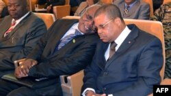 Le Premier ministre Nicolas Tiangaye (à dr.) écoute un leader politique lors d'une cérémonie à Bangui (17 jan. 2013)