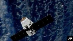 En esta imagen de NASA TV, una cápsula de carga de SpaceX se acerca a la Estación Espacial Internacional el lunes, 2 de julio de 2018.