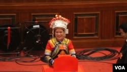 中国全国人大星期四举行会议的会场主席台(美国之音东方拍摄)