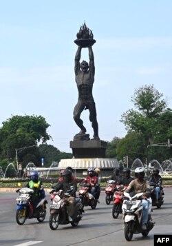 Pengendara sepeda motor berkeliling kota Jakarta, 5 September 2020, sementara jumlah penularan Covid-19 terus mencatat rekor harian baru dengan total nasional mendekati angka 200.000, 5 September 2020. (Foto: GOH CHAI HIN / AFP)