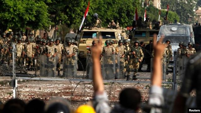 Tentara menjaga ketat markas besar militer di Kairo (8/7). Ikhwanul Muslimin Mesir kembali menyerukan aksi protes, sehari pasca bentrokan militer-pendukung Morsi menewaskan 51 orang.