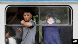 2017年7月16日,首都平壤乘坐电车的朝鲜人。