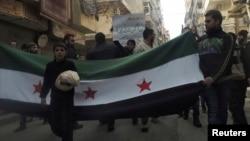 10일 시리아 알레포 시에서 반정부 시위대가 가두행렬을 하고 있다.