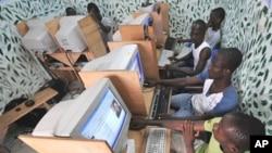 Des jeunes ivoiriens naviguent dans un cybercafé à Abidjan, la capitale ivoirienne. (photo d'archives)