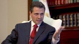 El presidente de México, Enrique Peña Nieto, habla durante una entrevista con The Associated Press, en la residencia de Los Pinos, en México.