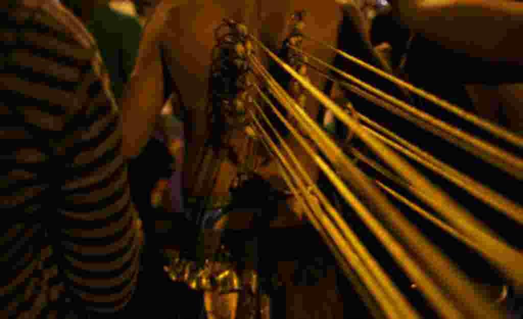 سوراخ کردن بخش هایی از بدن نماد قربانی کردن است که زائران در مراسم «تایپوسام» انجام می دهند. باور عمومی بر این است که هر چه فرد بیشتر سوراخ در بدن خود ایجاد کند، پاداش بیشتری به وی اعطا خواهد شد.