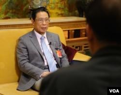 全国人大代表钟南山在两会期间接受美国之音北京分社的专访(美国之音东方拍摄)