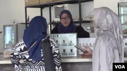 Pelanggan memesan di Kopi Tuli, Jakarta Selatan