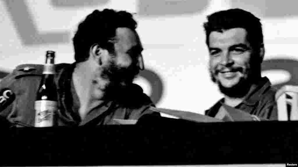 """Foto sin fecha junto a Ernesto """"Ché"""" Guevara."""