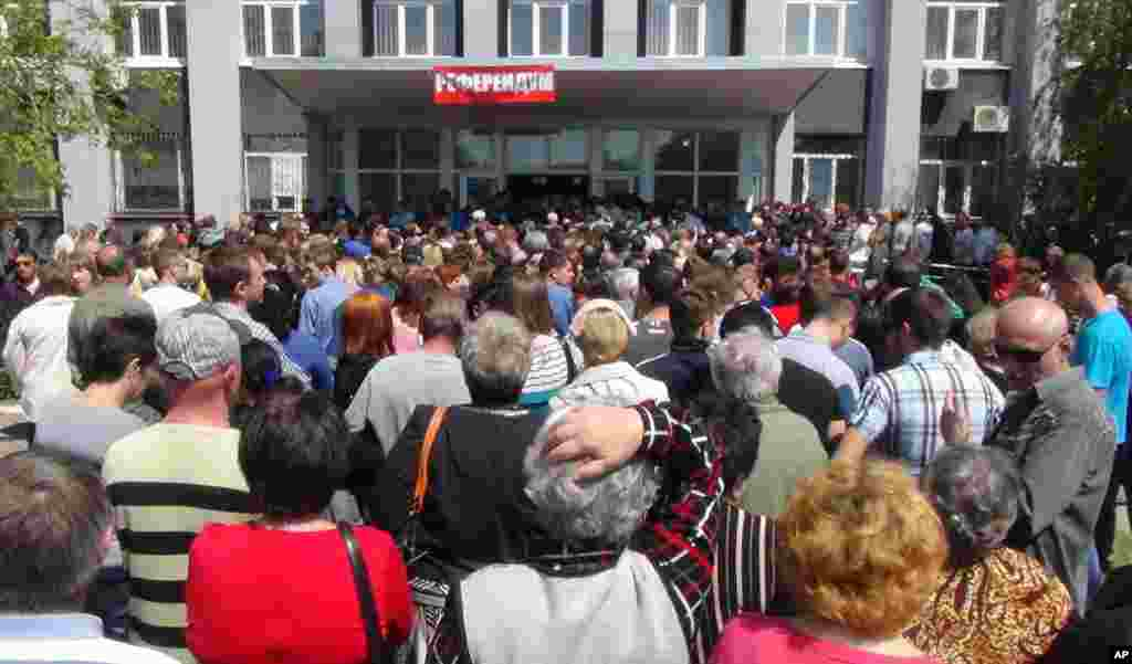 Warga mengantre untuk memberikan suara dalam proses referndum di Mariupol, Ukraina (11/5).