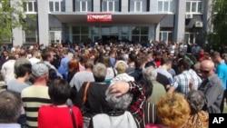Warga setempat antri untuk memberikan suara dalam proses referendum di Mariupol, Ukraina (11/5).