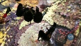 У Нью-Йорку відкрилася незвична арт-інсталяція: її творці – молодий художник та комп'ютерні алгоритми. Відео