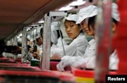 在广东的富士康工厂里的工人(2010年5月26日)