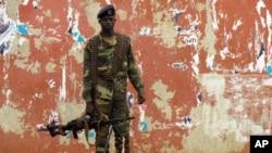 Một binh sĩ đứng gát gần Quốc Hội của Guinea Bissau