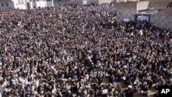 Ribuan muslim Syiah berunjuk rasa untuk hari kedua, menyusul pemboman yang menewaskan 84 orang, Senin (18/2). Keluarga korban menolak menguburkan keluarga mereka yang tewas hingga militer mengambil tindakan terhadap para militan yang menarget suku minoritas tersebut.
