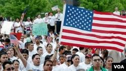 Para keluarga imigran keturunan Hispanic melakukan unjuk rasa di salah satu kota di Amerika (foto: dok).