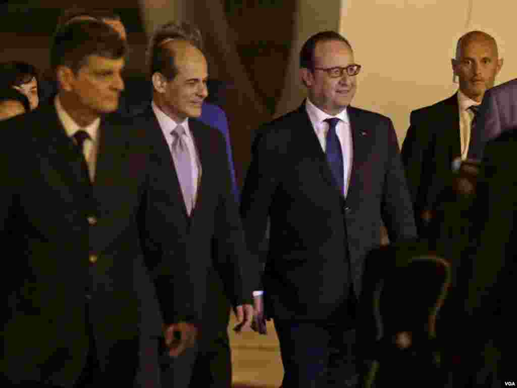 French President Francois Hollande (2nd right) walks next to Cuba's Deputy Foreign Minister Rogelio Sierra (2nd left) at Jose Marti International Airport, in Havana, May 10, 2015.