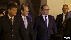 Tổng thống Pháp Francois Hollande và Thứ trưởng Ngoại giao Cuba Rogelio Sierra (thứ nhì từ trái) tại sân bay Havana Jose Marti, ngày 10/5/2015.