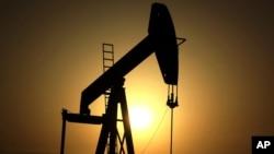Los precios del petróleo aumentarán mientas disminuyen los inventarios de crudo según expertos.