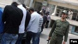 Sebagian dari pemuda yang ditangkap dalam pesta yang menyajikan minuman keras di Teheran, Jumat (22/12).