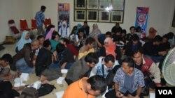 Suasana menyimak pertandingan sepakbola Piala Dunia yang disiarkan secara langsung oleh RRI Yogyakarta (Foto courtesy: Munarsih/RRI Yogyakarta).