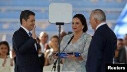 Presiden Honduras Juan Orlando Hernandez, didampingi istrinya, Ana Garcia de Hernandez, dan Presiden Kongres Nasional Honduras Mauricio Oliva, dilantik untuk masa jabatan baru di Stadion Nasional Tiburcio Carias, di Tegucigalpa, Honduras, 27 Januari 2018.