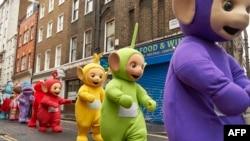 Beberapa penari mengenakan pakaian karakter Teletubbies dalam parade mainan Natal di Regent Street, London, 20 November 2016.
