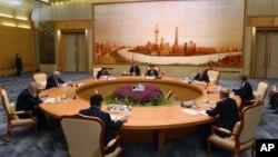 Presiden Tiongkok Hu Jintao (tengah) memimpin pembukaan pertemuan puncak Shanghai Cooperation Organization (SCO) di Beijing (6/6).