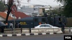 Aparat Brimob Polda Metro Jaya memperketat penjagaan di sekitar Kedubes AS di jalan Medan Merdeka Selatan, Jakarta (21/9).