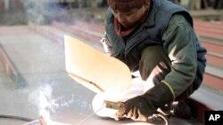 지난 2006년 3월 폴란드 북부 항구도시 그단스크의 조선소에 파견된 북한 노동자가 용접 작업을 하고 있다. (자료사진)