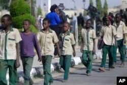 Les écoliers sont escortés par des militaires nigérians après leur libération suite à leur enlèvement, le vendredi 18 décembre 2020 à Katsina, au Nigeria.