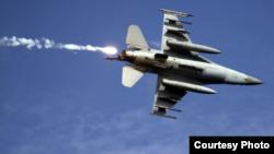 """台灣2019年5月30日舉行""""聯合灘岸殲敵作戰實彈射擊""""演習,台灣空軍F-16戰機發射熱焰彈後脫離目標區。 (台灣國防部)"""