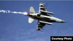 """台湾2019年5月30日举行""""联合滩岸歼敌作战实弹射击""""演习,台湾空军F-16战机发射热焰弹后脱离目标区。(台湾国防部)"""