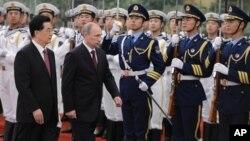 Chủ tịch Trung Quốc Hồ Cẩm Đào (trái) và Tổng thống Nga Vladimir Putin duyệt hàng quân danh dự trong buổi lễ tiếp đón ông Putin đến dự hội nghị Tổ chức Hợp tác Thượng Hải ở Bắc Kinh