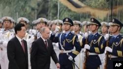Presiden Rusia Vladimir Putin (dua dari kiri) berdampingan dengan Presiden Tiongkok Hu Jintao (kiri) disambut dengan upacara penghormatan dalam pertemuan puncak regional 'Shanghai Cooperation Organizatio (SCO)' di Beijing (6/5).