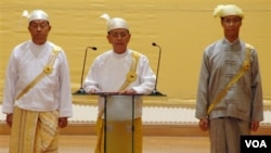 Presiden Thein Sein (tengah) menambah catatan reformasi dengan mengkritik para pejabat era pemerintahan militer Burma (Foto: dok).