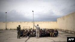 ARCHIVO_Desplazados iraquíes reciben instrucción antes de ser procesados y enviados a un campo de refugiados en el oeste de Mosul, Irak.