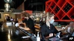 美國德州達拉斯市一家餐館的員工在清潔吧台(2020年6月26日)
