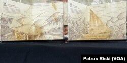 Dua dari lima karya buatan Wenny Friskilla, miniatur permainan tradisional Indonesia yang terbuat dari kulit ampas tebu (Foto: VOA/ Petrus Riski).