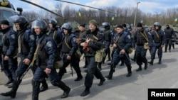 Pasukan Ukraina disiagakan untuk melancarkan penindakan keras terhadap para demonstran pro-Rusia (15/4).