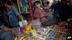 Para penjual kembang api di New Delhi Senin (9/10) sebelum keluarnya larangan Mahkamah Agung India.