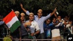 Những người Ấn hâm mộ môn thể thao cricket xếp hàng chờ vào sân vận động Chinnaswarmy, nơi sẽ diễn ra trận đấu, 2512/12